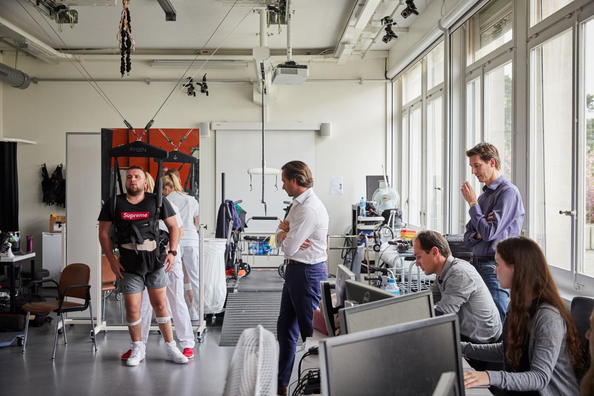 脊髄損傷の患者が再び歩けるような研究を続ける医療科学者。