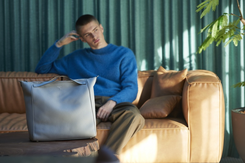 エレガントにさりげなくエッジさを加えた、新しいバッグのカタチ