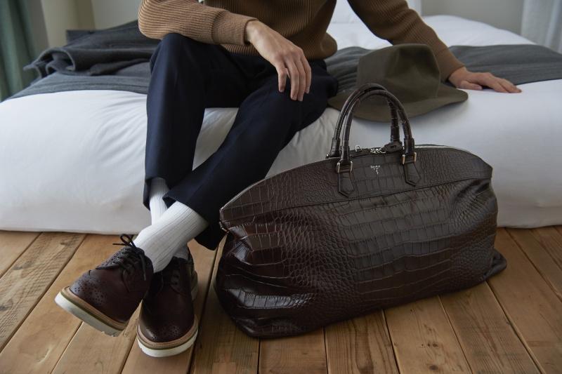 クロコのバッグは、あくまでエフォートレスに。