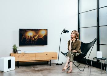 家の中でワイヤレスに音楽をリンクする「Sonos」のスマートスピーカーを、シンガー・野宮真貴さんが体験。