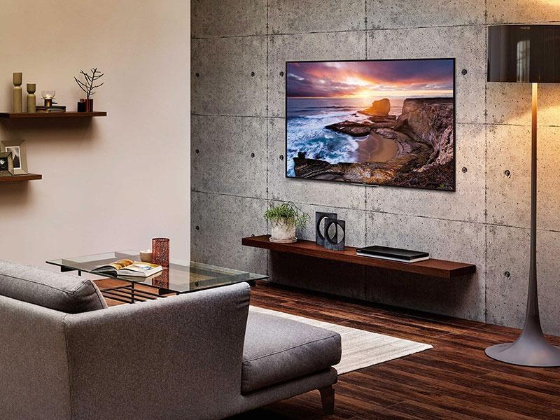 壁掛けスタイルが、上質で余裕あるリビングをつくる。