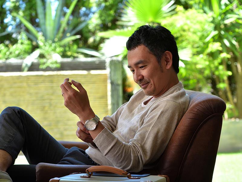 デザイナー・藤城成貴さんの腕に馴染んだ「wena wrist」は、どんなシーンにも似合う大人のスマートウォッチです。