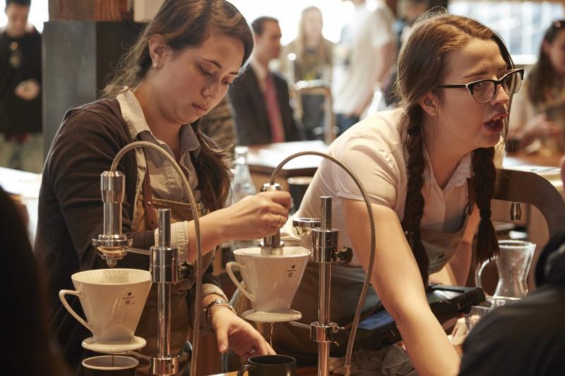 焙煎作業を見学しながら、リザーブコーヒーを味わう。
