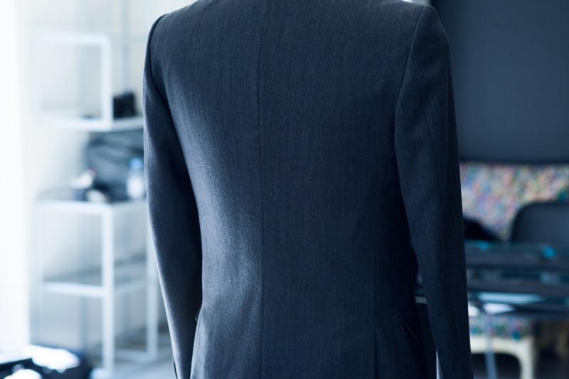 スリムでシャープなジャケット