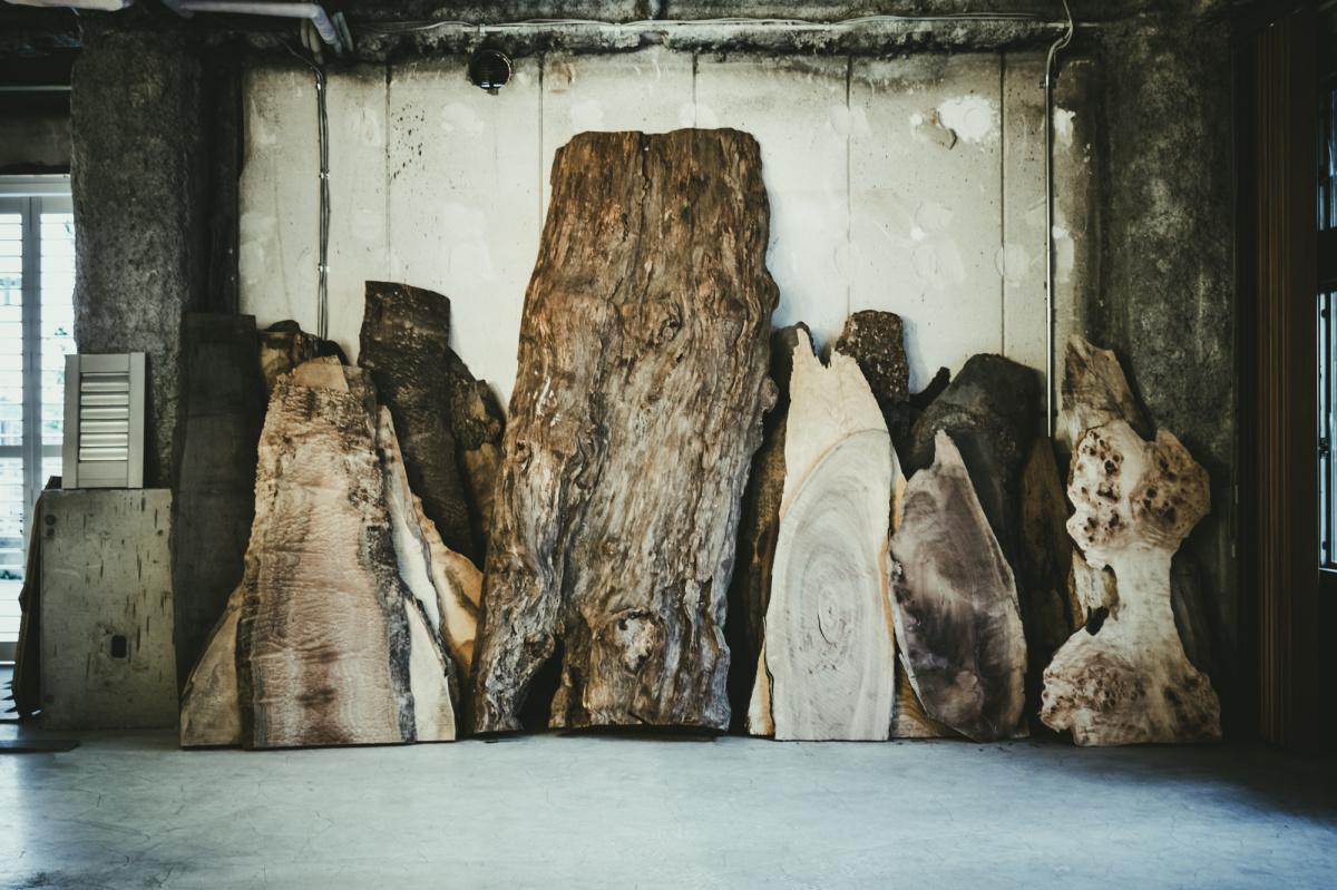 味わいのある木を見逃さず、器や家具に活かしていく。