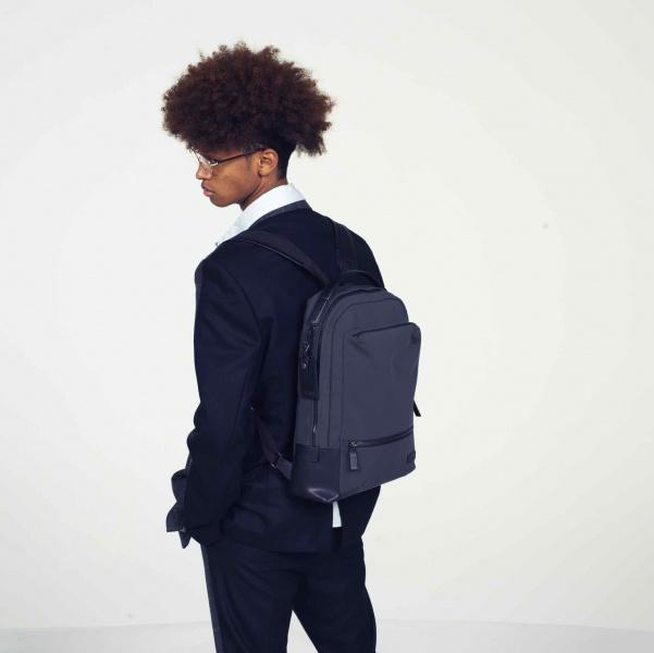 ビジネス用のデバイスを、すべてのみ込むスマートバッグ