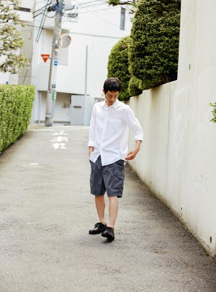 爽やかな着心地が夏を誘う、素材で遊ぶシャツの着こなし。