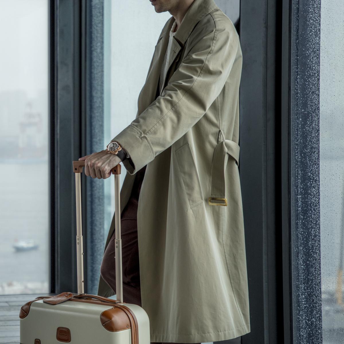 ロングコートを羽織り、旅情を味わう。