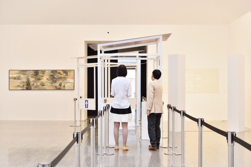 不思議な仕掛けは、展覧会のタイトルから。