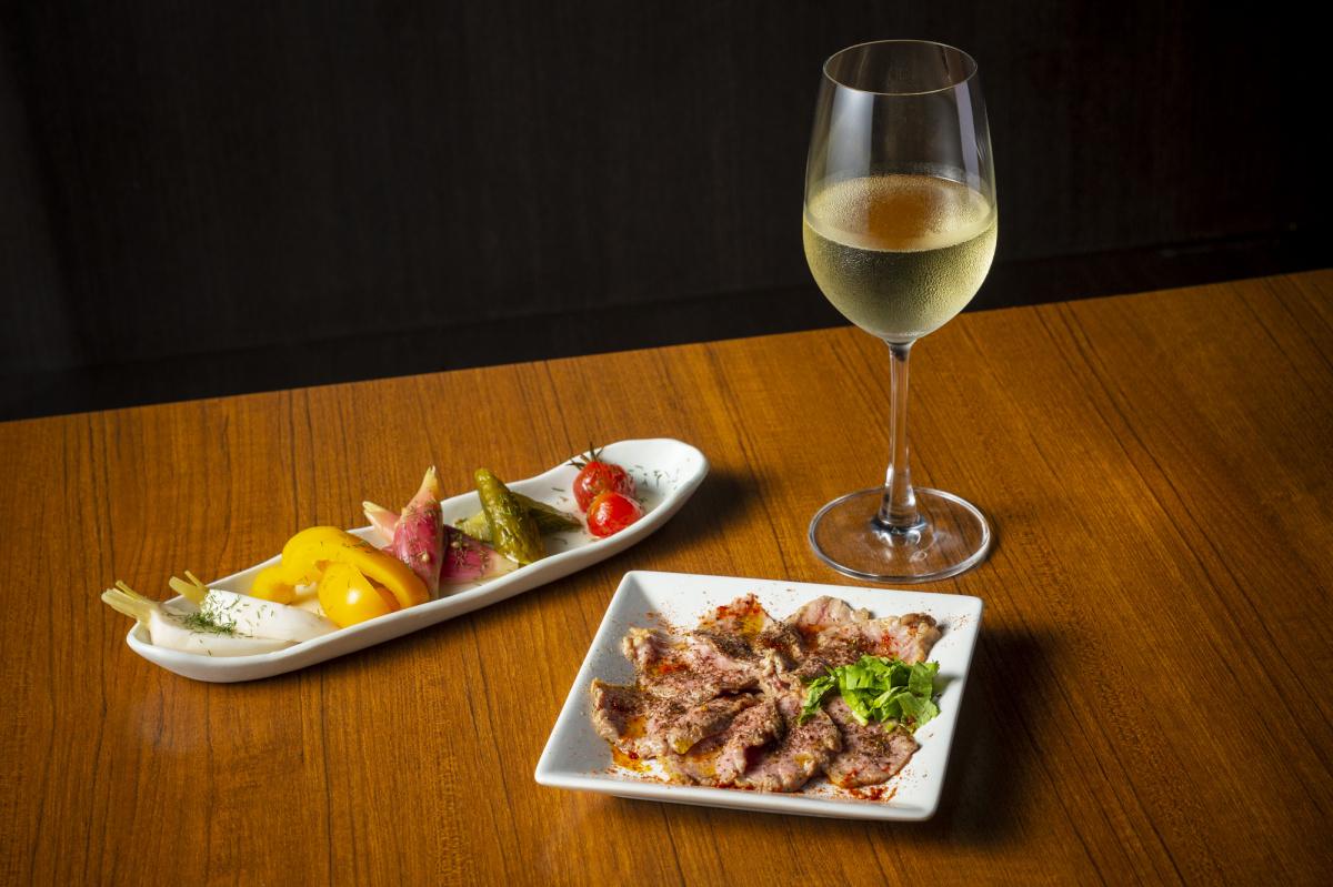カレーをつまみに今宵も一杯!「スパイスバザール アチャカナ」で、本格カレーと絶品スパイス料理に舌鼓。