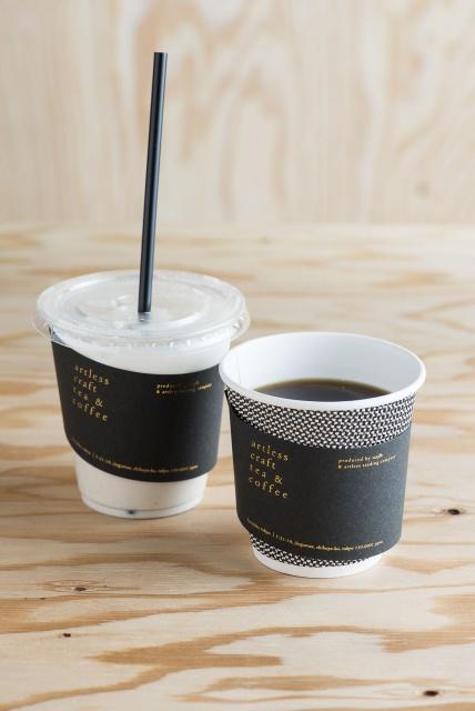 竹下通りの喧騒を抜けたスタンドで、厳選された焙じ茶とハンドドリップのコーヒーにほっと一息。