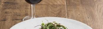 自然派ワインとともに、素材の味を堪能できるモダンなビストロ「ユーゴ」へ。