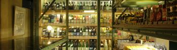 日本各地の美味いものでほろ酔いになれる「桑原商店」は、日本酒からアートまで買えるユニークな店です。