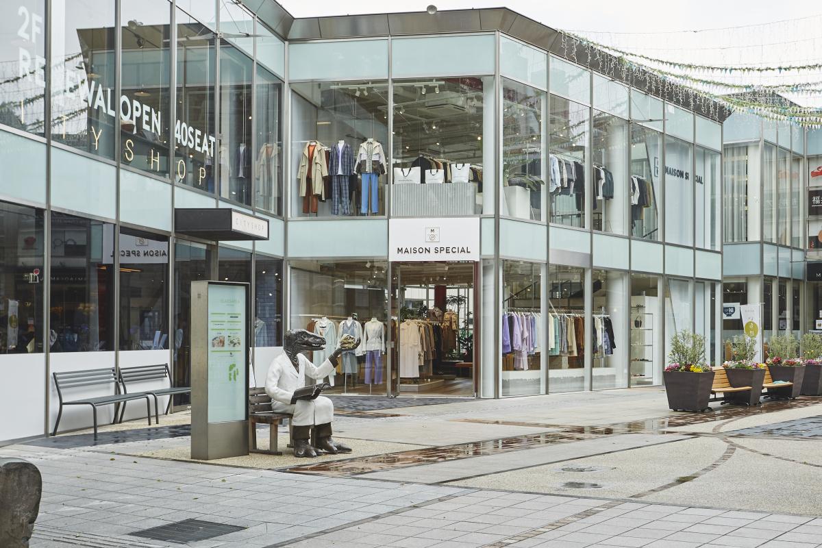 トーマスメイソンの生地に「導電糸」など、こだわり満載の服が揃う「メゾンスペシャル」の旗艦店が青山にお目見え。