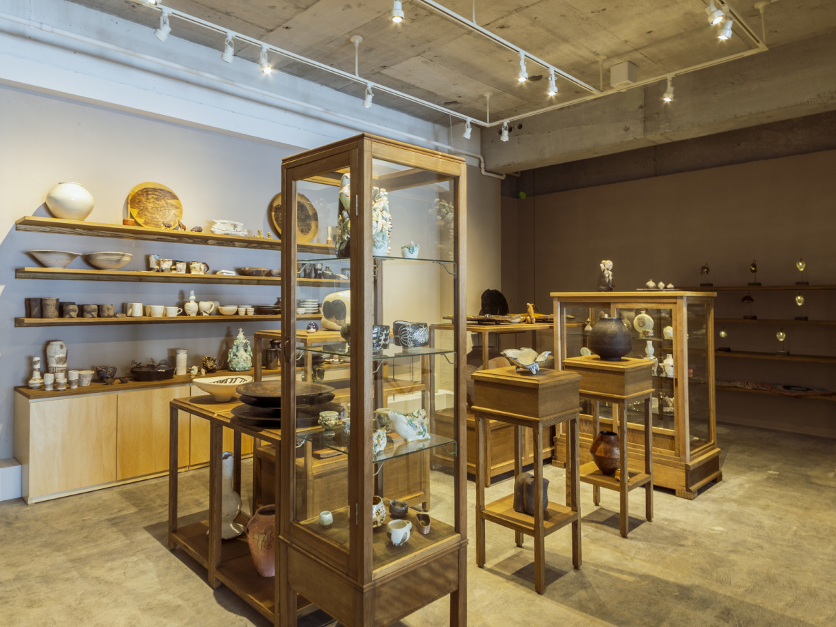 陶器やアートとの出合いを求め、蔵前にオープンしたギャラリー&ショップ「ミズサイ」へ。