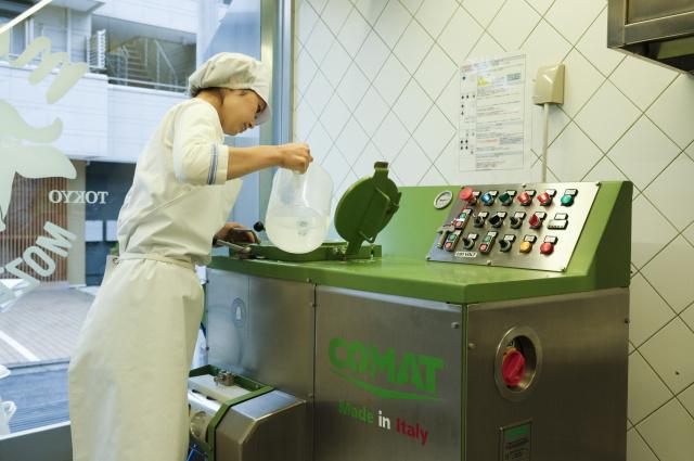 鮮度が命! 「ムームーモッツアレラ神宮工房&ショップ」で、本場仕込みのできたてモッツアレラチーズを味わおう。