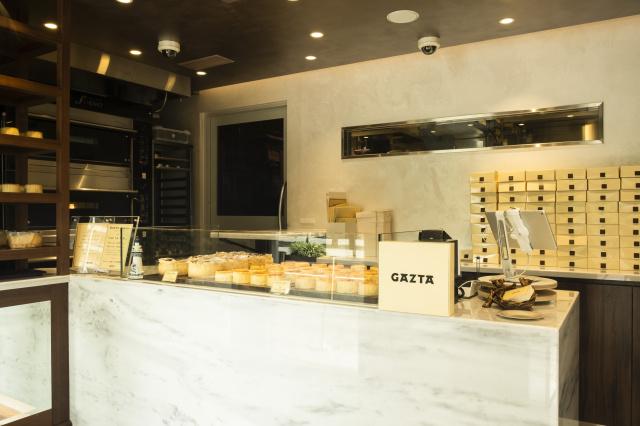 白金「ガスタ」のバスクチーズケーキは、トロトロの食感に濃厚な味わいが唯一無二です。