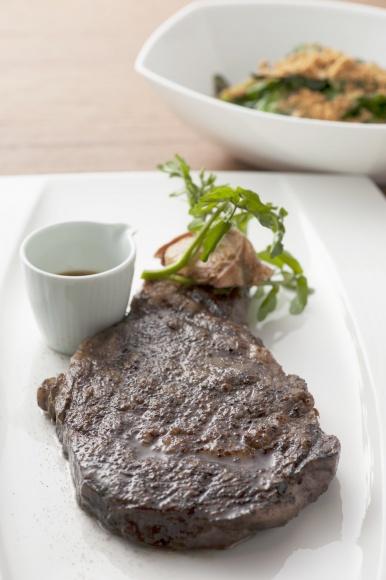 モダンな店内で、ガッツリ本格ステーキを。