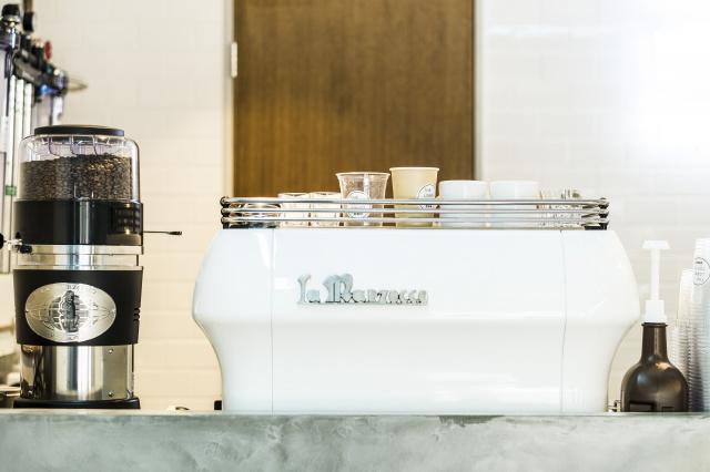コーヒー片手にアイウエア探しを楽しめる、ちょっとユニークなショールームを発見。