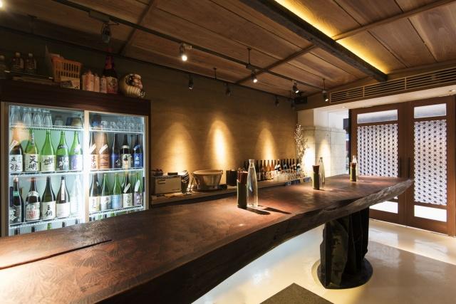本気の銘柄、揃っています。月島・もんじゃ通りの日本酒バーでまずは一杯、いかがですか?