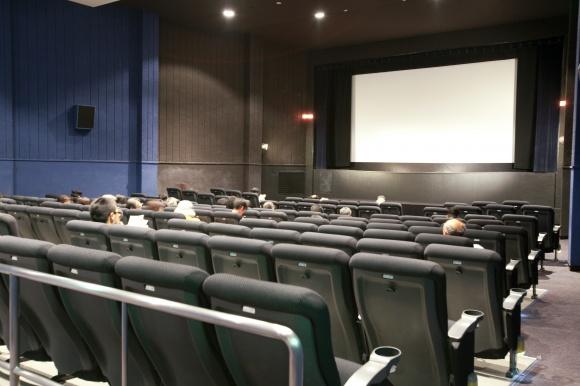 映画愛に支えられた、街の劇場。