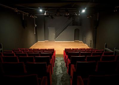 いま話題の劇場で、今夜は演劇でもいかが?