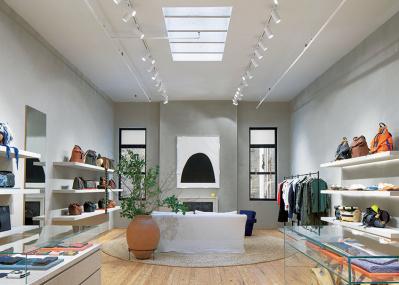 ロエベの新店は、寛ぎの空間でアートを楽しむ。