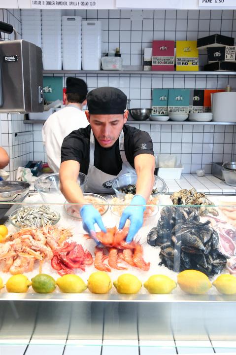客が選んだ魚を調理する、気軽なシーフード食堂「ペスケリア・コロンボ」