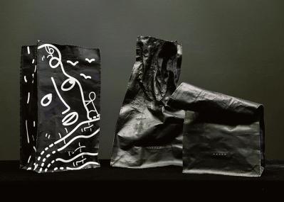 日本発、レザー×アルミのバッグが話題。