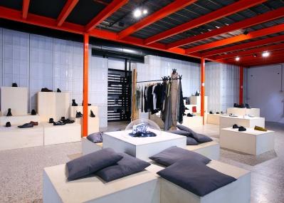 ユニークな兄妹の、靴と服とアートの店。