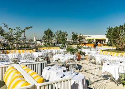 パリの空を満喫、眺めのいいレストランへ!