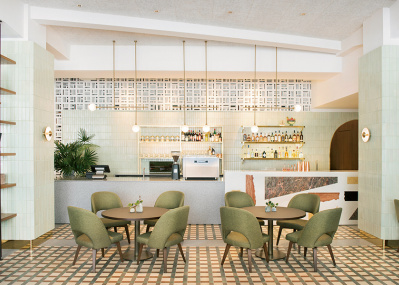 レトロ建築のカフェで、うまいヘルシー丼を。