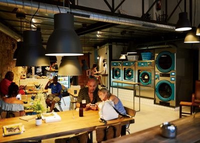 噂のランドリーカフェで、洗濯中にひと休み。
