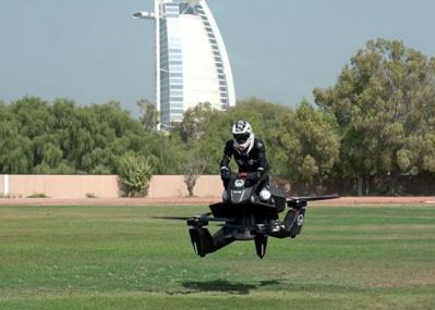 【動画】本当に飛んだ、ドバイ警察の「空飛ぶバイク」