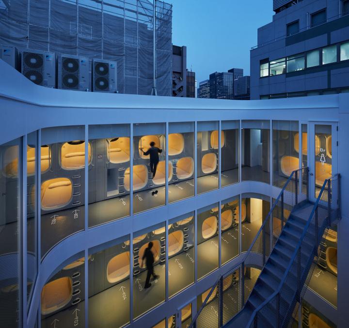 カプセルホテルの常識を変えた「ナインアワーズ」が、建築家と手を組んでさらに進化しました。