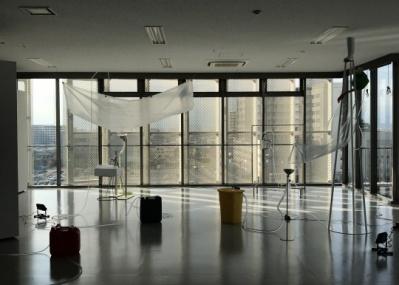 """注目アーティストの毛利悠子が、生まれ育った藤沢の""""灰色の空""""のもとで展覧会を開催します。"""