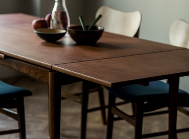 手仕事の家具が並ぶアクタス青山店で、暮らしの相棒を見つけませんか。