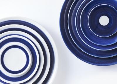 """いわば""""デニムのような食器""""です。使いやすく合わせやすい、砥部焼の新ブランド「白青」誕生。"""