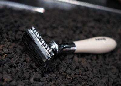 「イソップ」の両刃シェーバーで、ボンドのごとく髭を剃りたい。