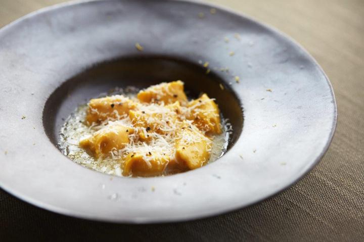 極上のホテルで味わう素朴なイタリア伝統料理を、アマン東京の レストラン「アルヴァ」にご注目を。