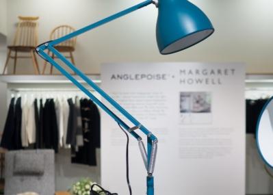 永遠の定番デスクランプが、「マーガレット・ハウエル」色別注で優しくカラフルに!