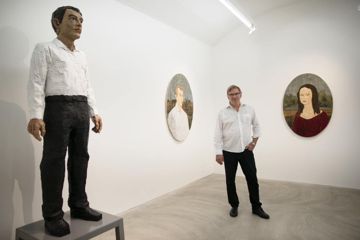 無表情の男の像が、あなたの心を映し出す。彫刻家、シュテファン ...