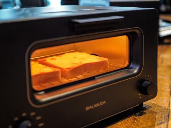 「バルミューダ」からキッチン製品が登場。毎朝食べるパンがどう変わる!?