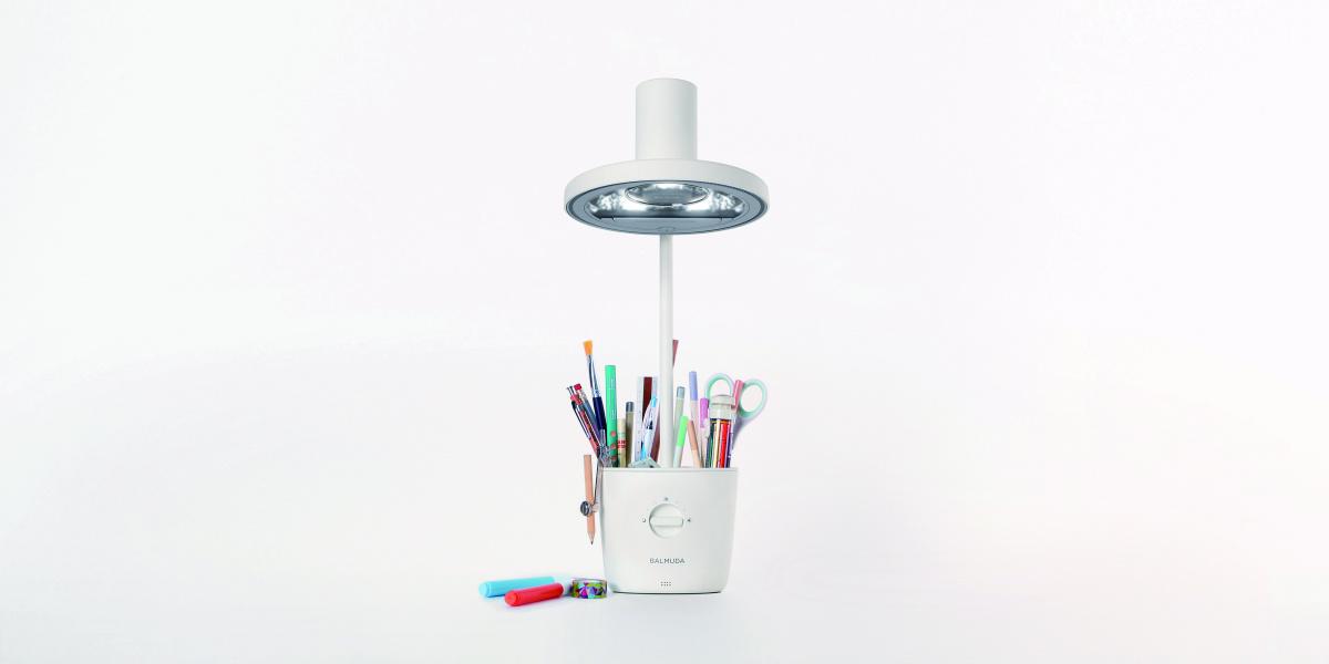 キッズフレンドリーなデザインで創造性を刺激する、バルミューダの新作デスクライトがお目見えです。