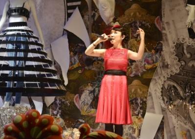 「バーニーズ ニューヨーク」のショーウィンドウは、ユーミンづくしのクリスマス!