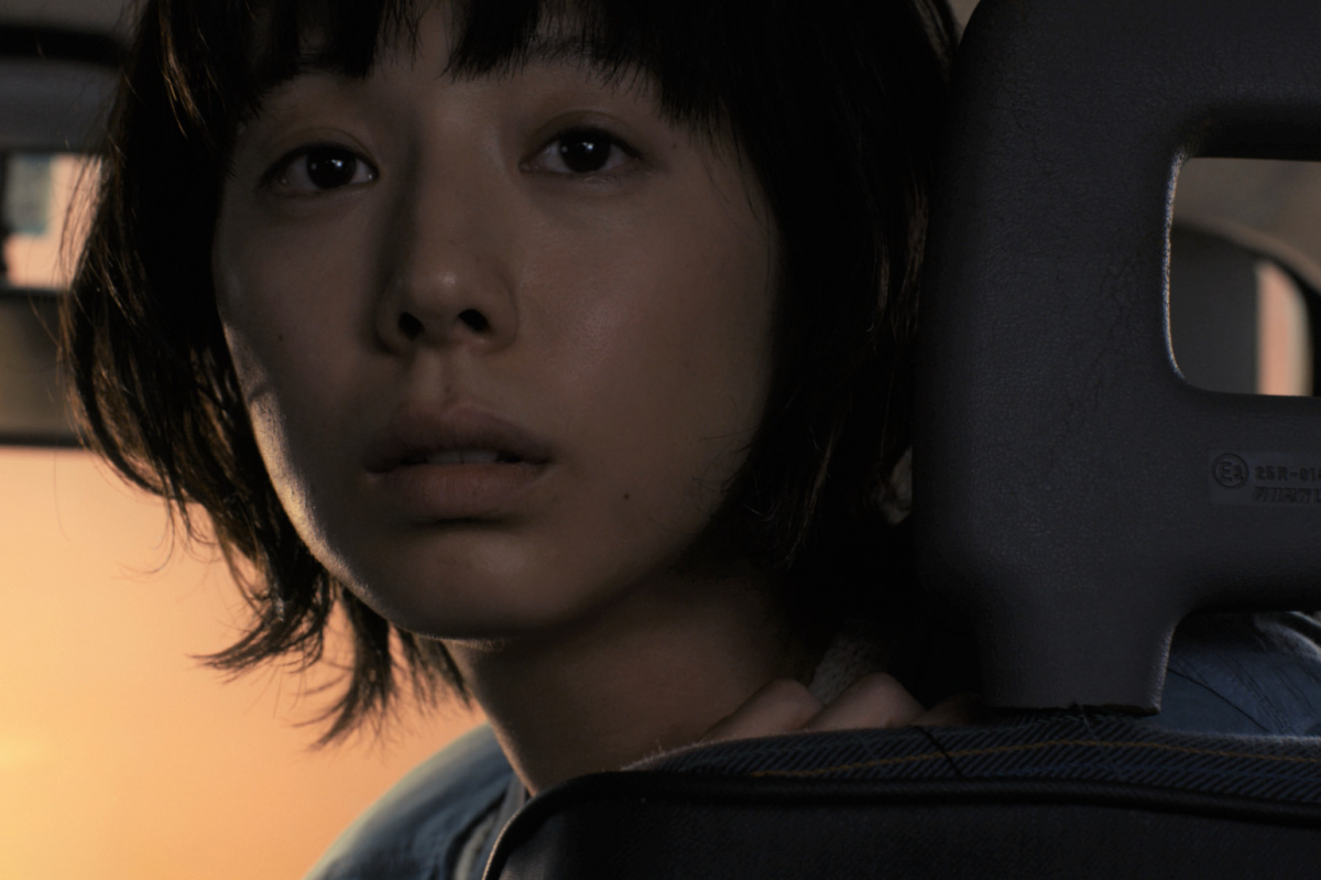 女優・夏帆、27歳の等身大が切り取られた映画『ブルーアワーにぶっ飛ばす』が公開。