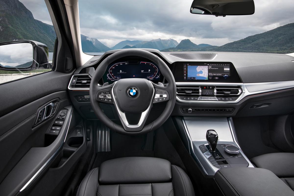 BMW 3シリーズがフルモデルチェンジ! スポーツセダンの元祖が成し遂げた、進化するカーデザインとは。
