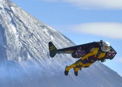 ブライトリングの「ジェットマン」が、富士山を背景にアジア初飛行に成功しました!