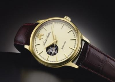 小窓から精緻な動きが見える、ブルックス ブラザーズの機械式腕時計。