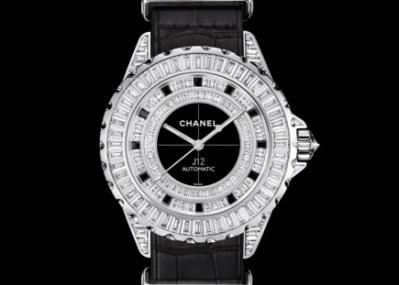 ミリタリー感覚の革ストラップと16カラットものダイヤを纏う腕時計、「シャネルJ12-G.10」